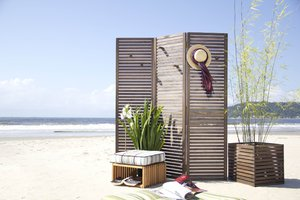 Privacy and decoration: the versatility of folding screens on current design